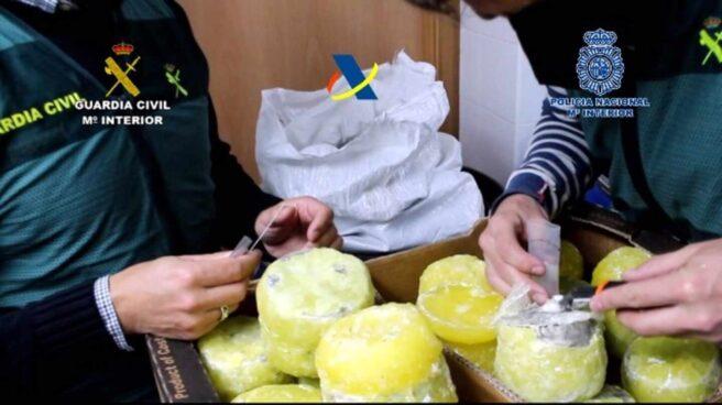 Unos agentes examinan unas piñas en las que se escondía cocaína.