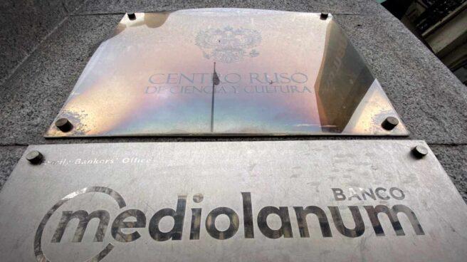 Placa con el logotigo del Banco Mediolanum, en la puerta de entrada de uno de sus locales en Madrid (España).