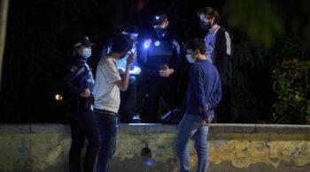 Más de 1.300 multas por botellón y no usar mascarilla durante el fin de semana en Madrid