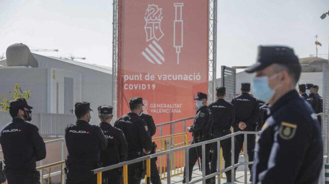 Policías nacionales, aguardando su turno para vacunarse en el Hospital la Fe de Valencia.