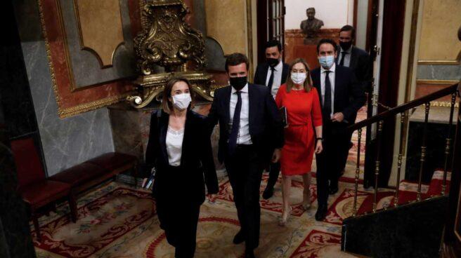 El líder del PP, Pablo Casado, junto a varios dirigentes de su grupo parlamentario en el Congreso.