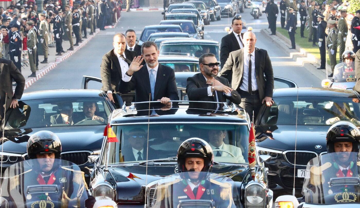 El Rey Felipe VI y el Rey Mohamed VI durante su traslado al Palacio Real de Rabat.