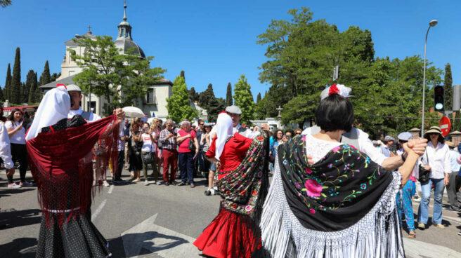 Chulapas celebran el día de San Isidro en la Pradera de San Isidro.