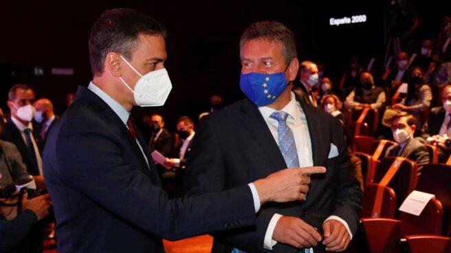 El presidente del Gobierno, Pedro Sánchez, conversa con el vicepresidente de Relaciones Interinstitucionales y Prospectiva de la Comisión Europea, Maros Sefcovic