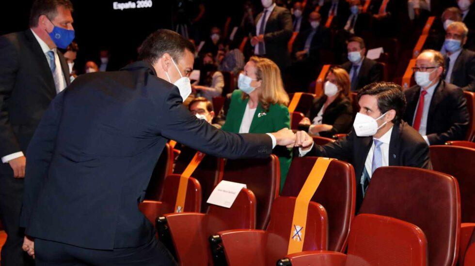 El presidente del Gobierno, Pedro Sánchez saluda al presidente de Telefónica, José María Álvarez-Pallete