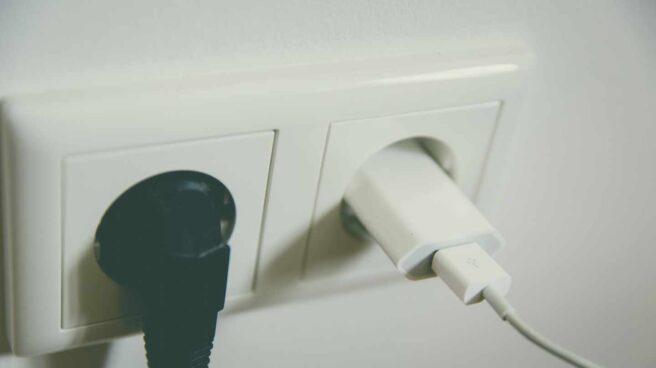 Unos enchufes con cables conectados.