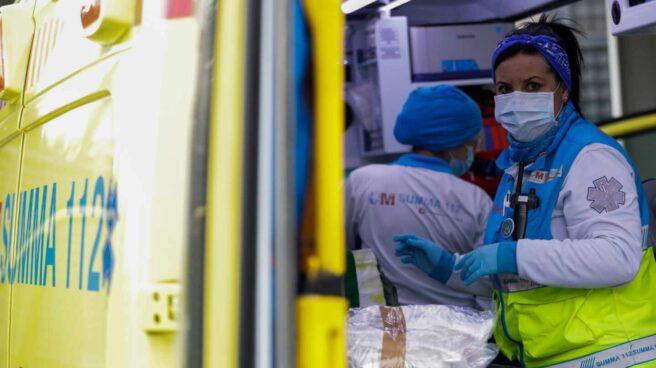 Sanitarias del Servicio de Urgencia Médica (SUMMA 112), en una unidad móvil al inicio de la pandemia.