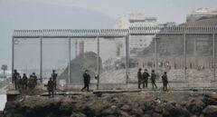 Militares españoles, este martes junto a la frontera que separa Ceuta de Marruecos.