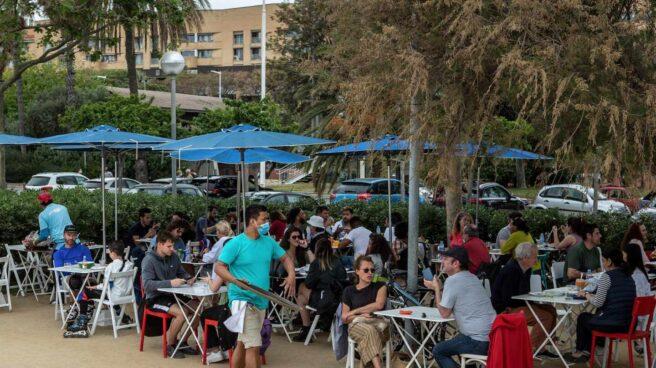 Un grupo de personas en una terraza de la Barceloneta, este fin de semana.