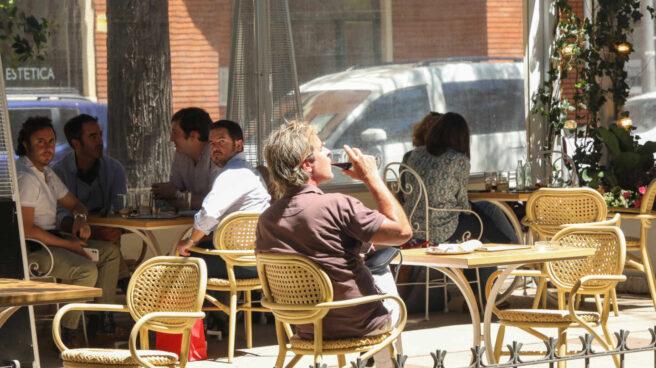 Varias personas en una terraza en Madrid.