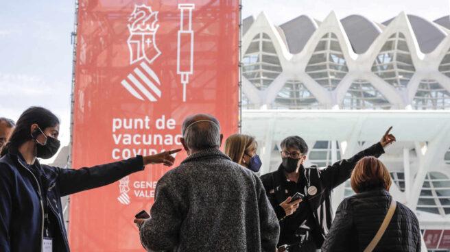 Varias personas llegan para ser vacunadas en Valencia.