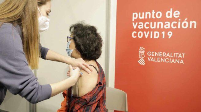 Una sanitaria vacuna a una mujer en la Ciudad de la Luz, Alicante (Comunidad Valenciana)