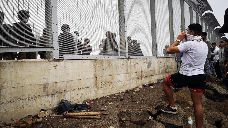 El Gobierno da 30 millones a Marruecos para controlar la inmigración en plena crisis en Ceuta
