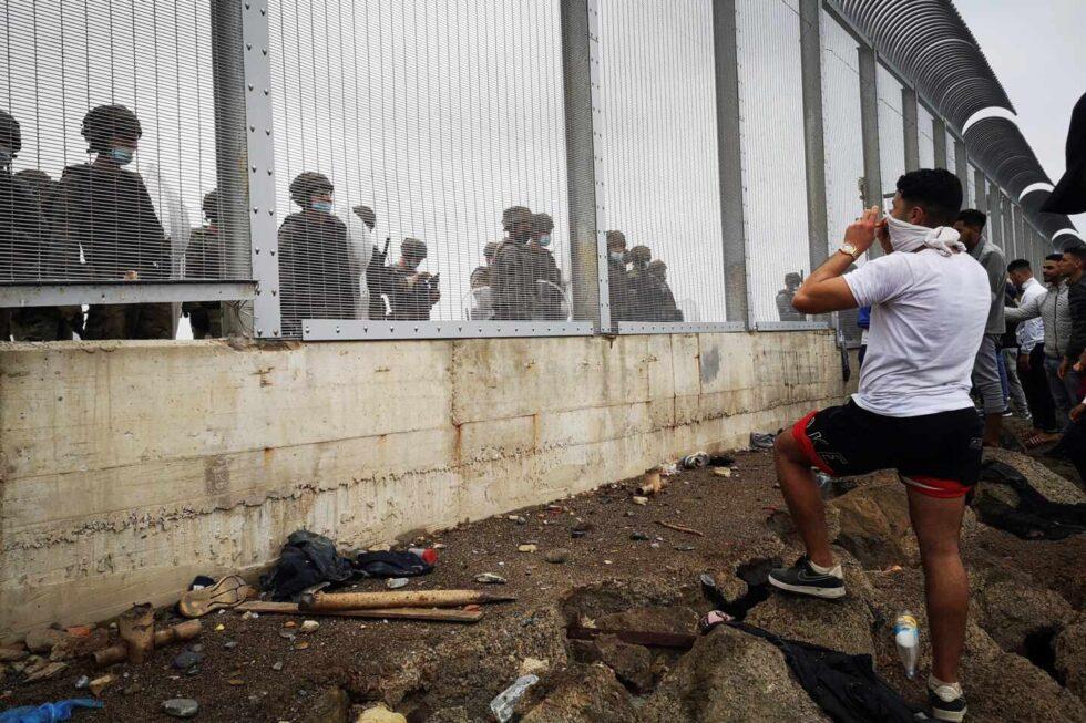 Miembros de la policía Nacional vigilan la verja que separa Ceuta de la localidad de Fnideq (Castillejos).