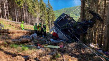 Al menos 14 muertos tras caer un teleférico en Italia