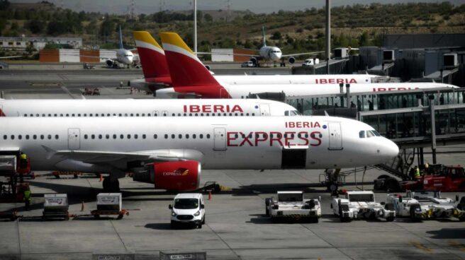 Un avión de Iberia Express en la Terminal 4 del aeropuerto de Barajas.