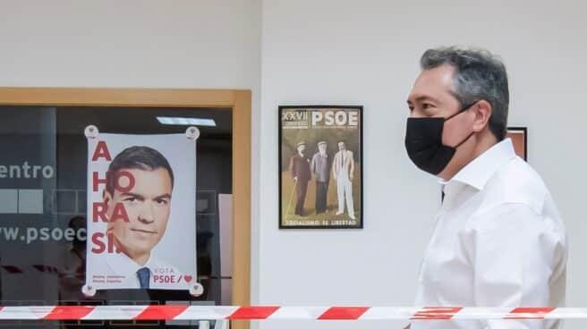 Juan Espadas, en la sede de la Agrupación Local Centro de Sevilla para depositar su voto en las primarias