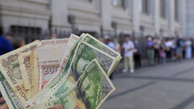 Colas en el Banco de España para canjear pesetas.