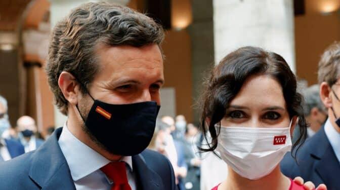 Casado y todos los barones del PP arropan a Ayuso en su toma de posesión