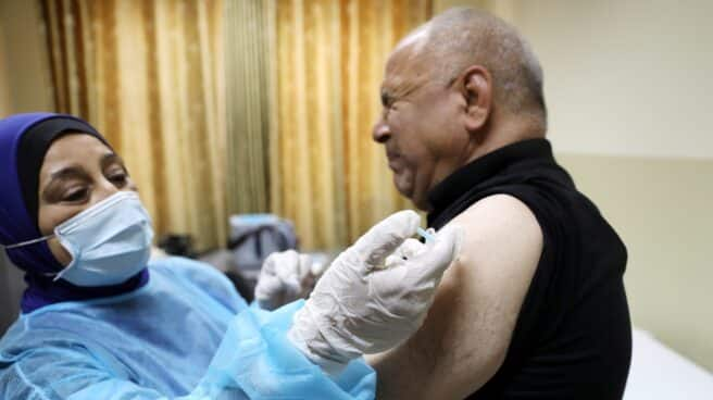 Un trabajador médico palestino recibe la vacuna de Pfizer contra el Covid-19.
