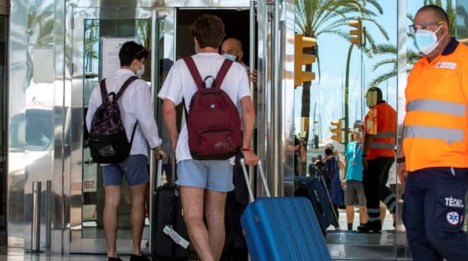 """Euskadi llama a un cribado a los jóvenes que viajaron a Conil, Salou y Mallorca """"para cercar al virus"""""""