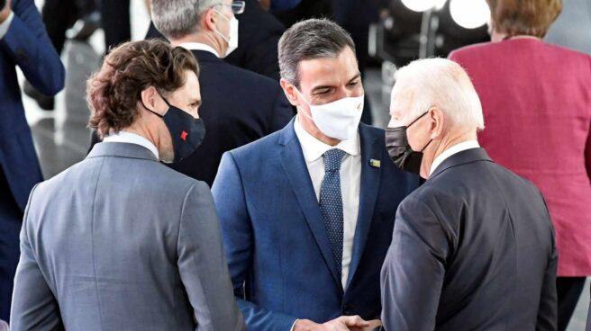 El presidente del Gobierno, Pedro Sánchez conversa con el mandatario de Estados Unidos, Joe Biden.
