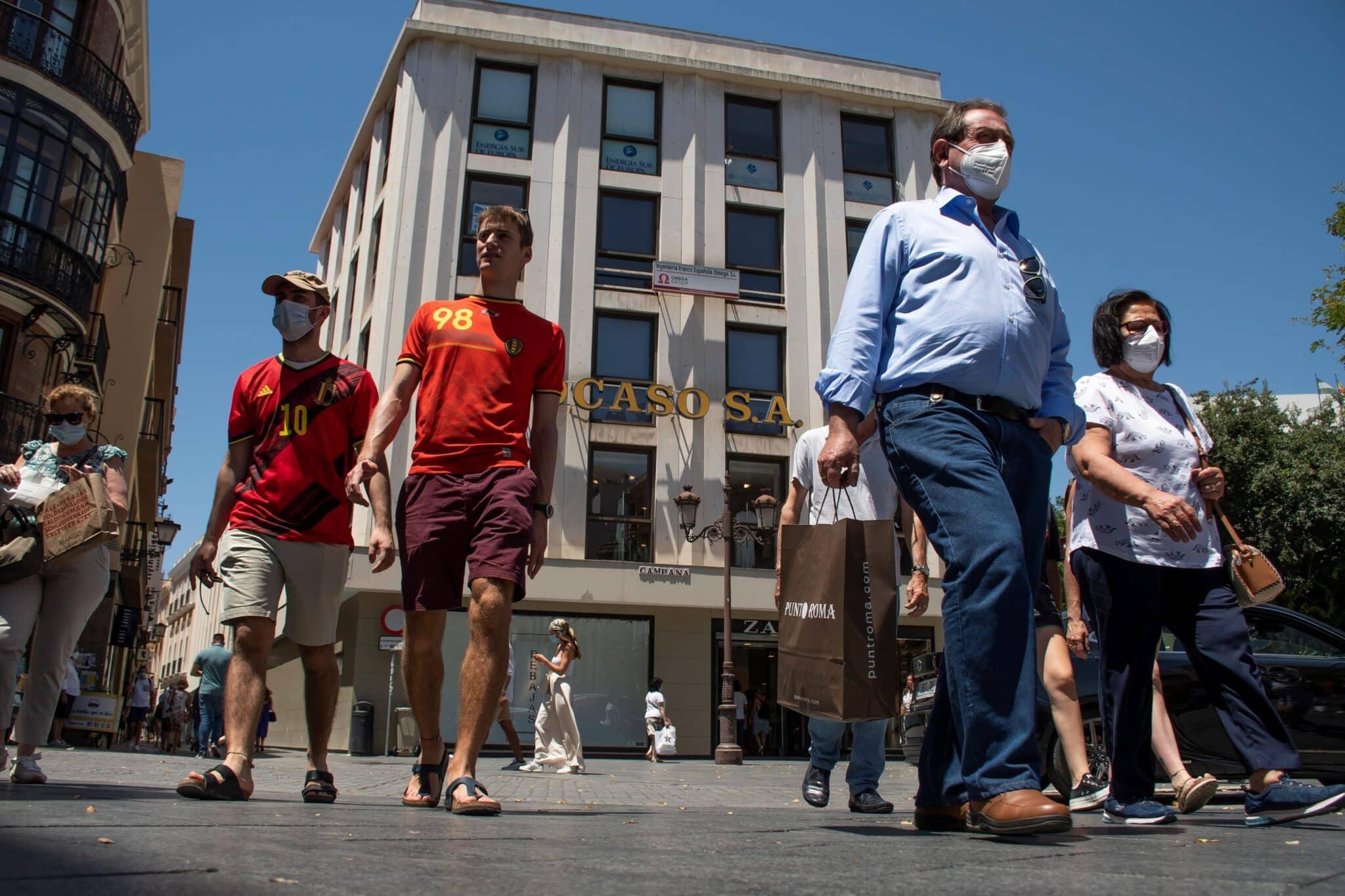 Ambiente en el centro de Sevilla el primer día en el que se puede prescindir de la mascarilla en exteriores.
