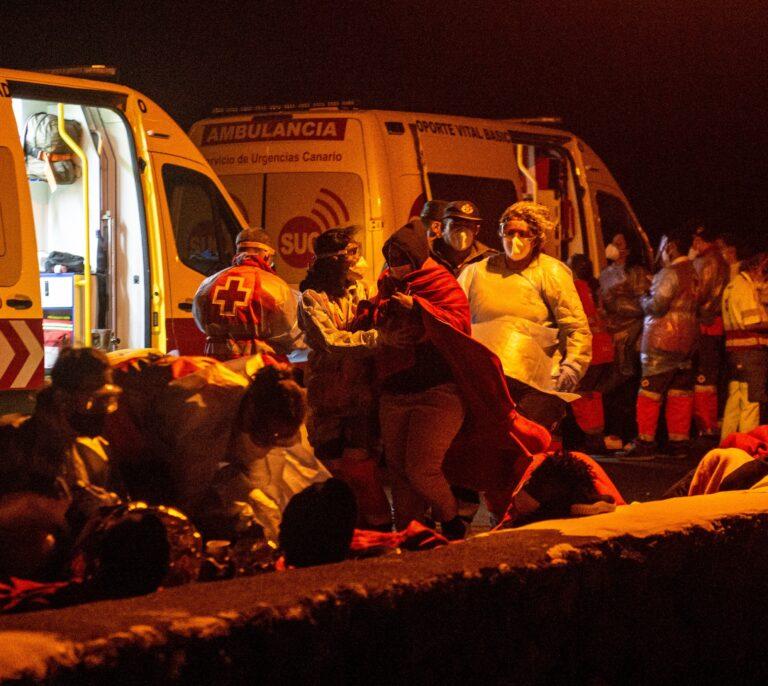 Tres fallecidos y 12 heridos al volcar una neumática con 46 inmigrantes en Lanzarote