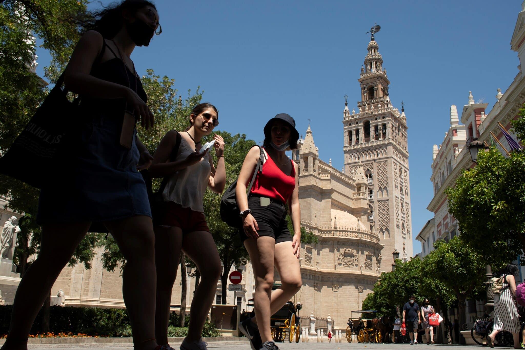 Ambiente en el centro de Sevilla el primer día en el que se puede prescindir de la mascarilla.