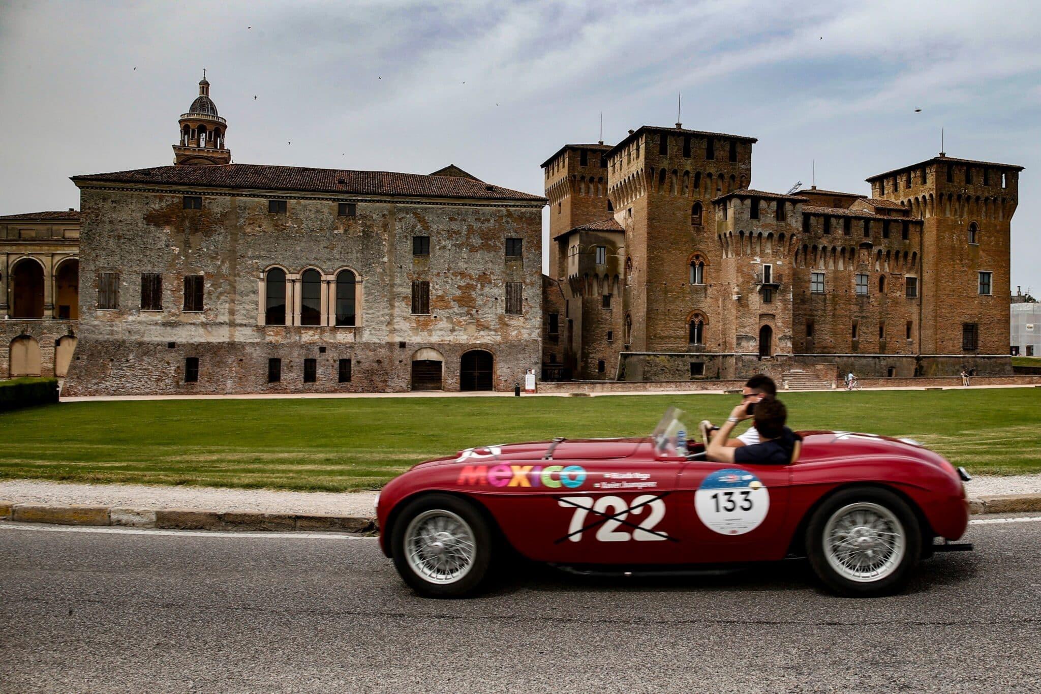 Ferrari 166 Inter Spider Corsa Ansaloni de 1948 durante la Mille Miglia (Italia).
