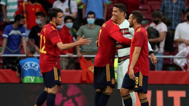 Jugadores de la selección de España abrazan a Cristiano Ronaldo.
