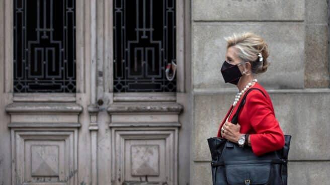 Una mujer camina con mascarilla por una céntrica calle de Ourense