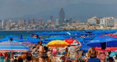 """El verano 'a tope' de Benidorm sin los británicos: """"Está hasta la bandera"""""""