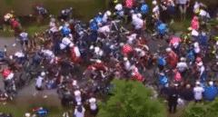 Un espectador con una pancarta genera una caída masiva en la primera etapa del Tour