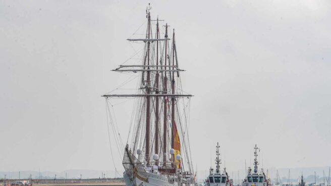 El buque escuela 'Juan Sebastán Elcano entra en el puerto de la bahía de Cádiz.