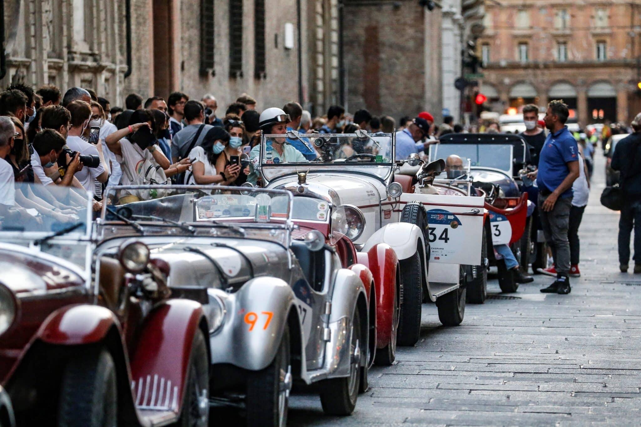 Fila de clásicos de la Mille Miglia en el centro de Bolonia