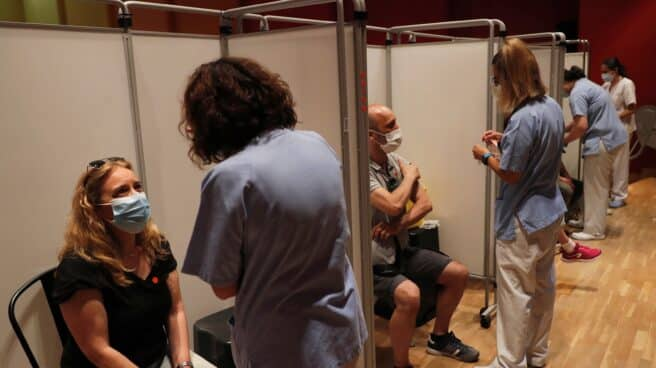 Varias personas a punto de recibir la vacuna contra la covid-19 en el Hospital Severo Ochoa de Leganés, Madrid