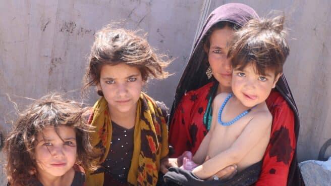 Una mujer y sus hijos, desplazados internos en Afganistán