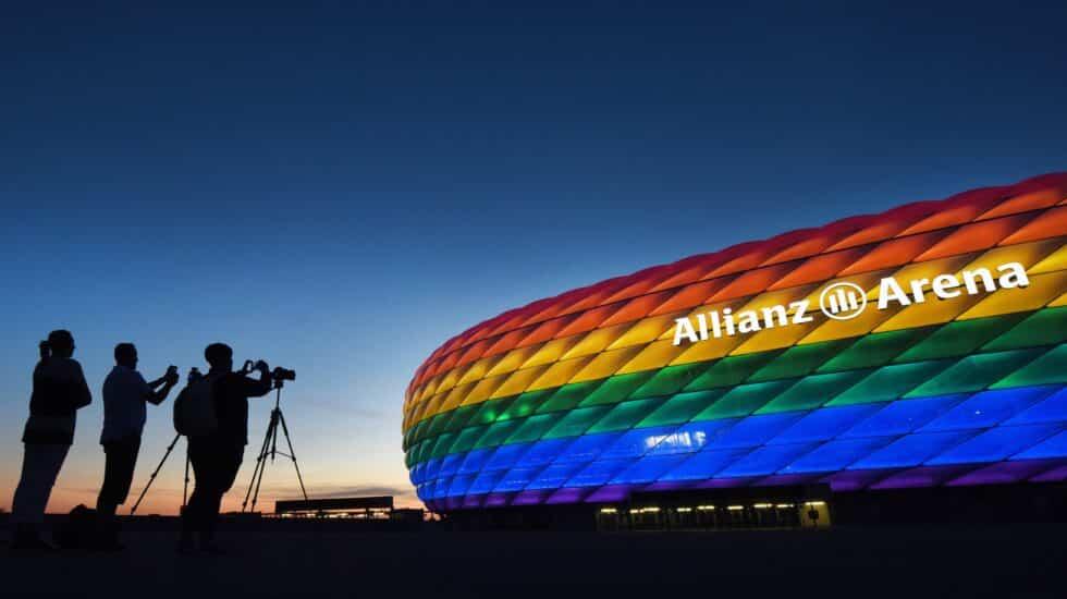 El Allianz Arena, iluminado con la bandera LGTBI durante un partido de 2016