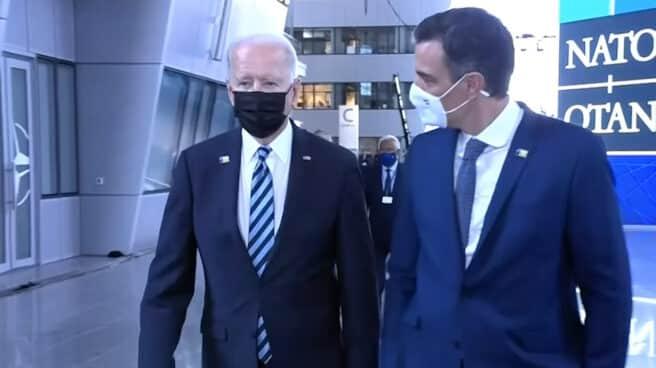 Joe Biden y Pedro Sánchez en un pasillo en la sede de la OTAN.