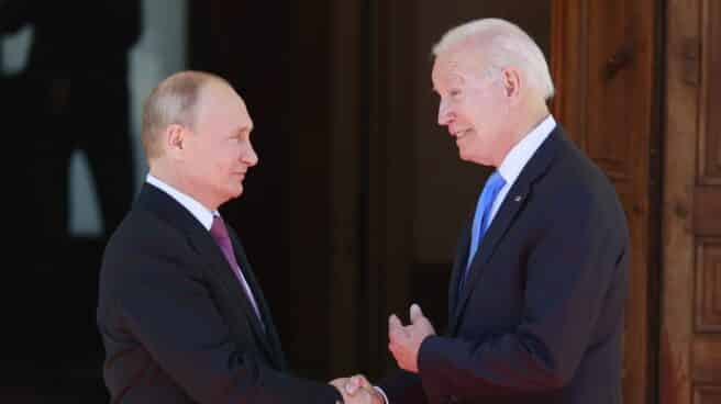 Vladimir Putin y Joe Biden se saludan antes de su cumbre en la Villa La Grange, en Ginebra