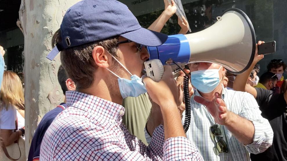Uno de los jóvenes del grupo en la sede del PP previa la protesta en Colón