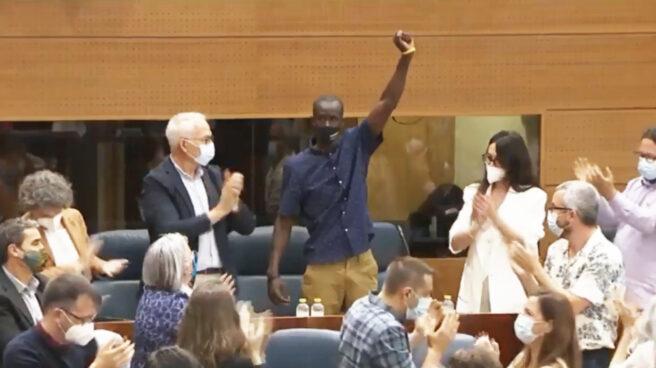 Momento en el que el diputado de Podemos Serigne Mbayé levanta el puño en señal de protesta contra el discurso de Rocío Monasterio