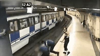 Así rescató la Policía a una mujer de las vías del Metro de Madrid