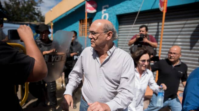 Carlos Fernando Chamorro, director del Confidencial, hace frente a la policía del régimen