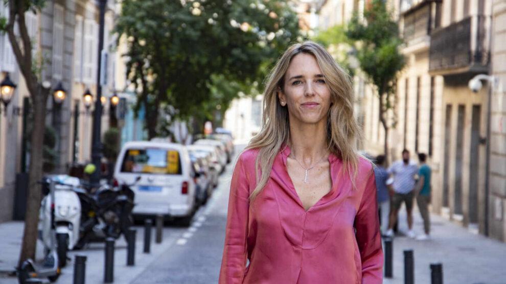 Cayetana Álvarez de Toledo posa en la calle tras una entrevista sobre la manifestación de los indultos