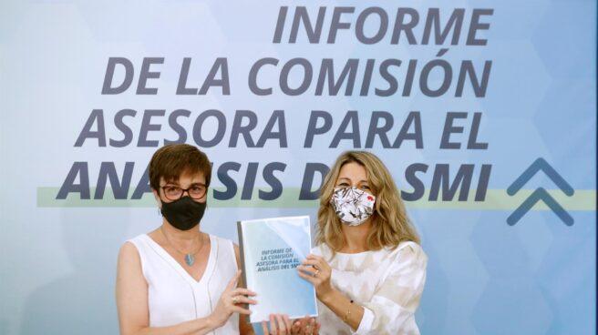 La presidenta de la Comisión Asesora para el Análisis del SMI, Inmaculada Cebrián, y la vicepresidenta y ministra de Trabajo y Economía Social, Yolanda Díaz.