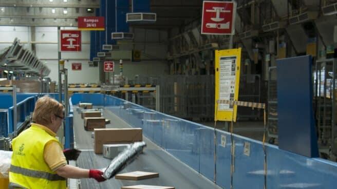 Una trabajadora de Correos, en un centro de clasificación de paquetería de la empresa pública.