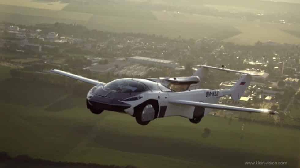 Un coche que puede desplegar unas alas y convertirse en un avión ha cubierto en 35 minutos una distancia de 80 kilómetros entre los aeropuertos de Nitra y Bratislava