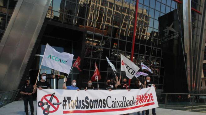 Manifestantes contra el ERE de Caixabank en las Torres Kio de Madrid.